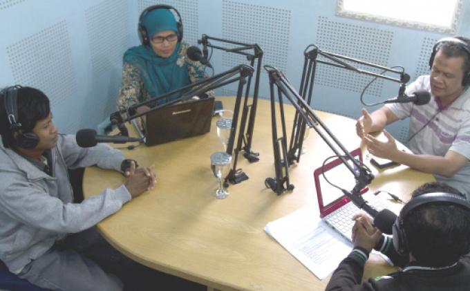 Nurdin Hasan Mantan Direktur Komunikasi & kelembagaan BRR Aceh (dua kanan), Raihal Fajri Direktur Kata Hati Institute (dua kiri) dan Radius Priatama Survival / Korban Tsunami (kiri) menjadi narasumber talkshow di Radio Serambi FM 90.2 MHz, Meunasah Manyang PA, Ingin Jaya, Aceh Besar, Kamis (25/12) dengan tema Perencanaan Pembangunan Berbasis Bencana, belajar dari praktik baik penanganan pasca Tsunami Aceh 2004 . SERAMBI/BEDU SAINI