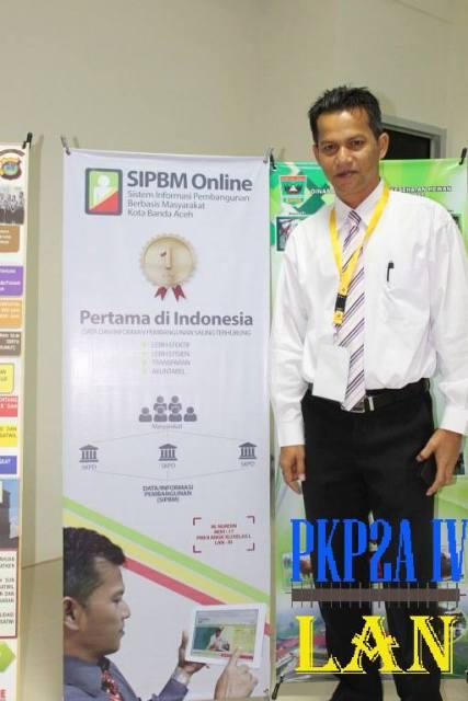 M. Nurdin, S.Sos (Asisten III Bidang Administrasi Umum) dan Banner SIPBM Online sumber foto : Facebook.com/Humas LAN Aceh